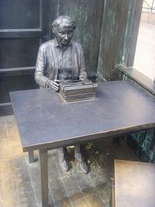 Astrid Lindgren am Schreibtisch - Plastik